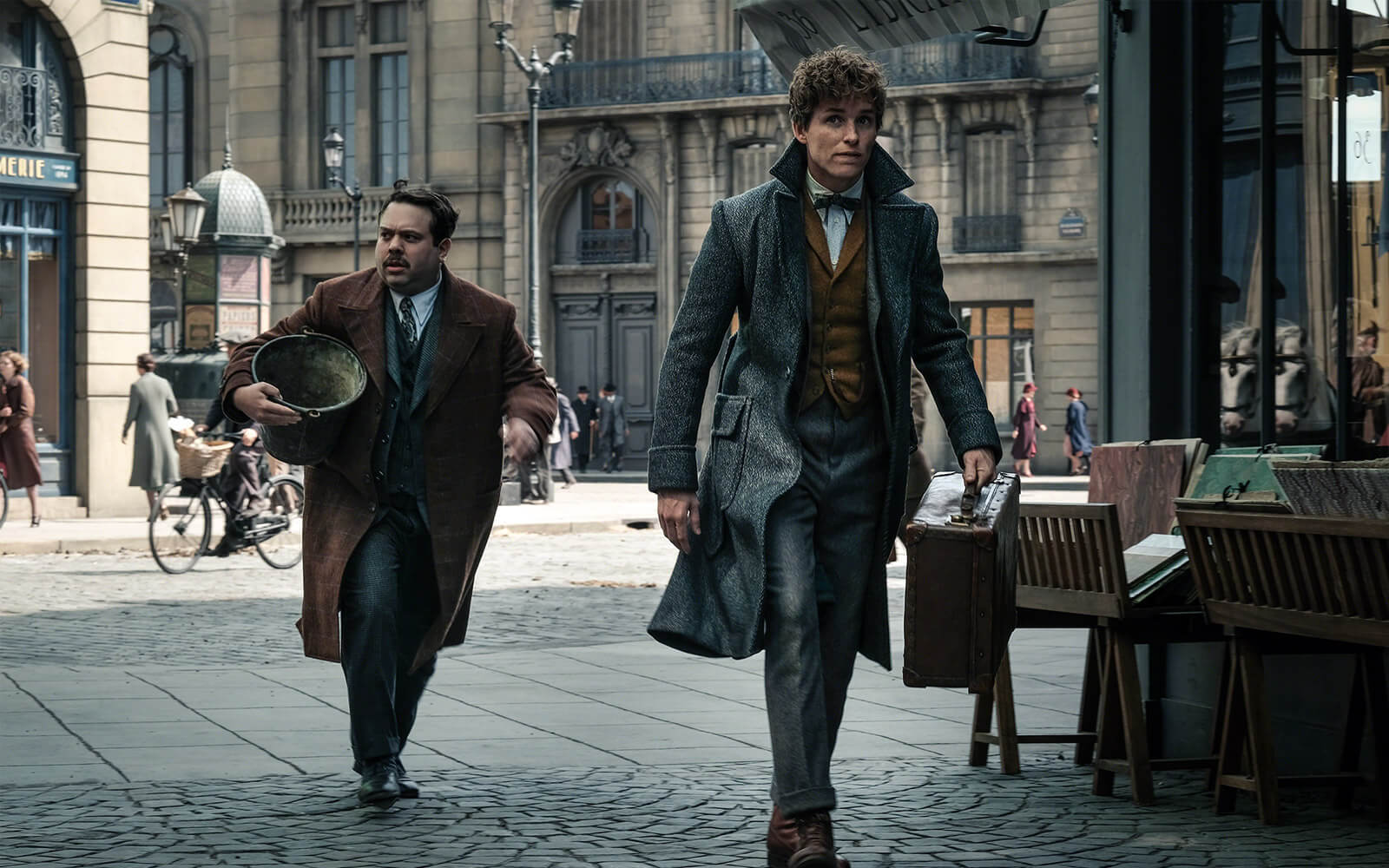 Jacob Fogler and Eddie Redmayne in FANTASTIC BEASTS: THE CRIMES OF GRINDELWALD (2018)